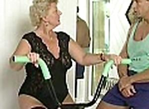 Scalding granny whore shamelessly takes gym traine...
