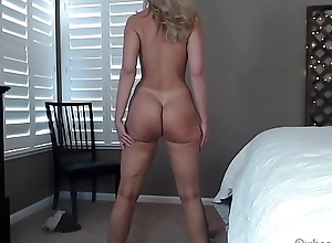 Pawg milf nearby titillating legs on the top of livecam