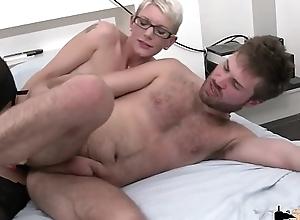 Un cul pour un cul, il se laisse enculer pour pouvoir the sniffles sodomiser