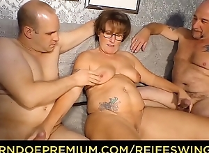 REIFE SWINGER - Curvy granny with reference to glasses threeway coition