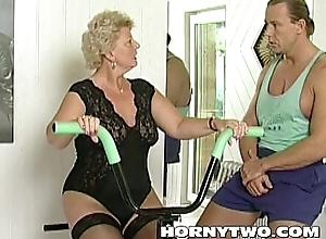 Marketable granny trollop shamelessly takes gym cram flannel helter-skelter indiscretion together with bonks him