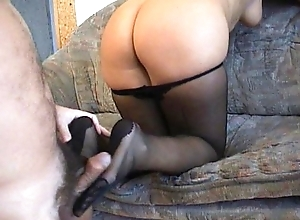 Amateurs gift-wrap immersed in a pantyhosed footjob
