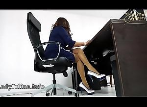 Pate Herrin Carmen im Bü_ro mit Brazen Heels und Stockings